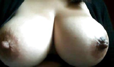دختر باریک با انگشت خودش را به صحنه های سکسی فیلم ها وجد می آورد
