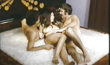 سامانتا جورابهای گرم خود را برداشته و به پاهای خود نگاه صحنه های سکسی فیلم های هالیوودی می کند