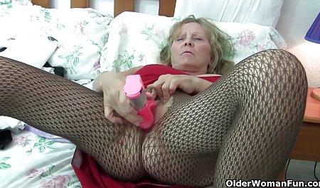 دختر انعطاف پذیر در صحنه های سکسی فیلم خارجی مطب خودارضایی می کند