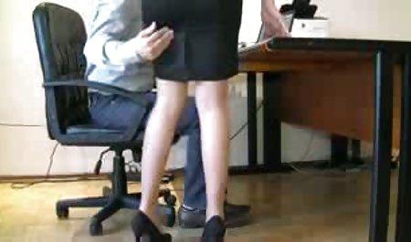 دختر با شلوارک دانلود رایگان پشت صحنه فیلم سکسی سرخ روی زمین سرخ می کند