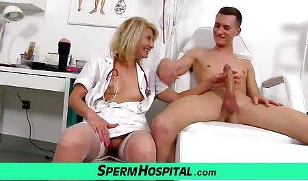 عوضی برهنه یک پسر را با از بین بردن صحنه های سکسی سریال سرنوشت بیدار کرد و سوار دیک او شد