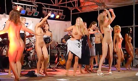 چربی ماریتا پشت صحنه ی فیلمهای سکسی به طور ماهرانه انگشت را در مقابل وب کم قرار می دهد