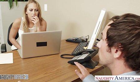 برای رسیدن به زیبایی جوان ، مرد مجبور پشت صحنه فیلم های porn شد لیس بزند