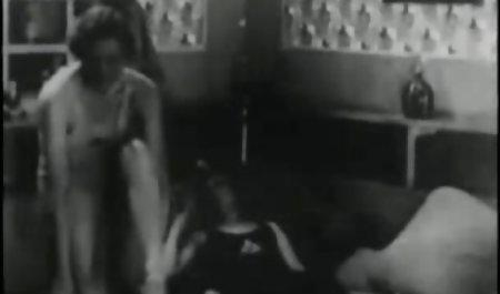 دختر جوان گربه صحنه های سکسی فیلم مردگان متحرک های اشک آور را روی میز در میان میوه ها